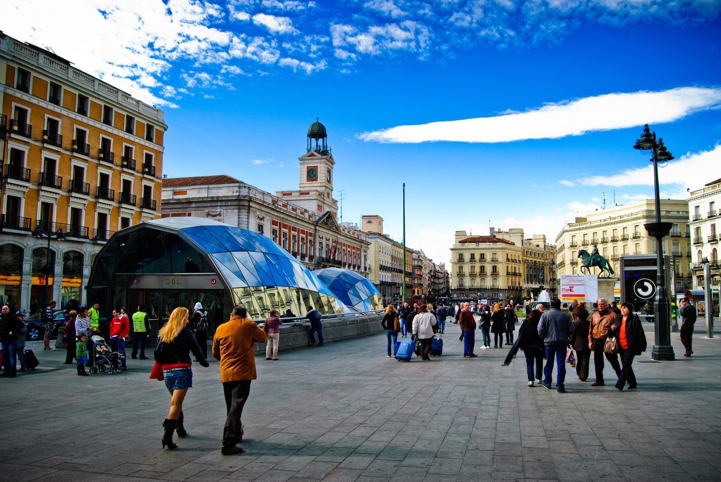 Центральная мадридская площадь Пуэрта-дель-Соль