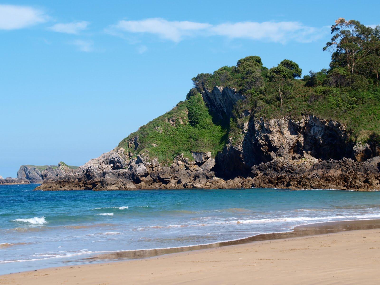 Пляж возле курортного городка Льянес