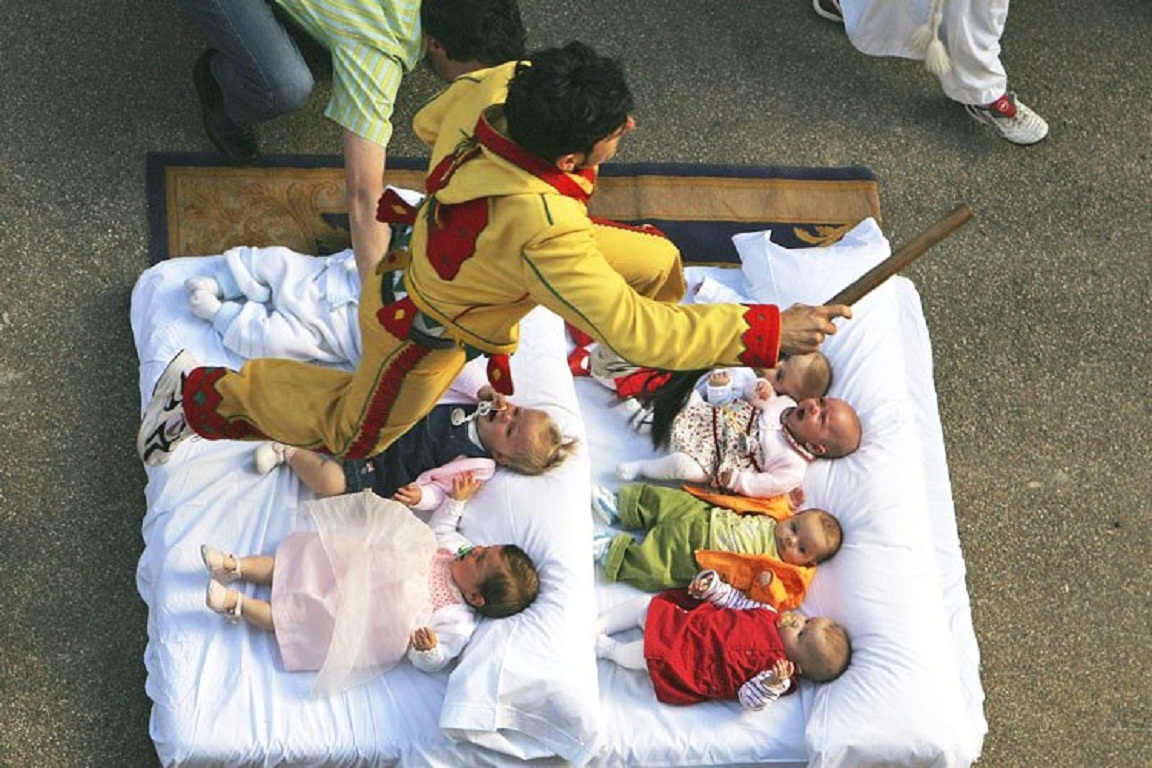 Прыгание через младенцев