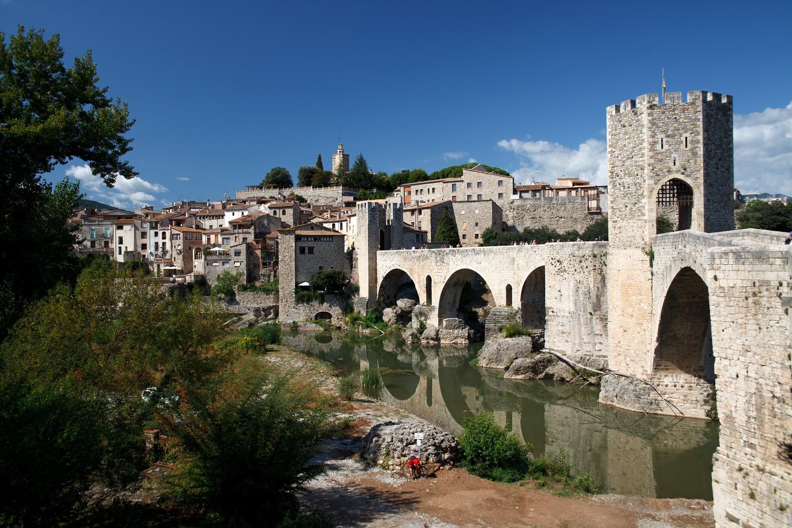 Средневековый мост в Бесалу