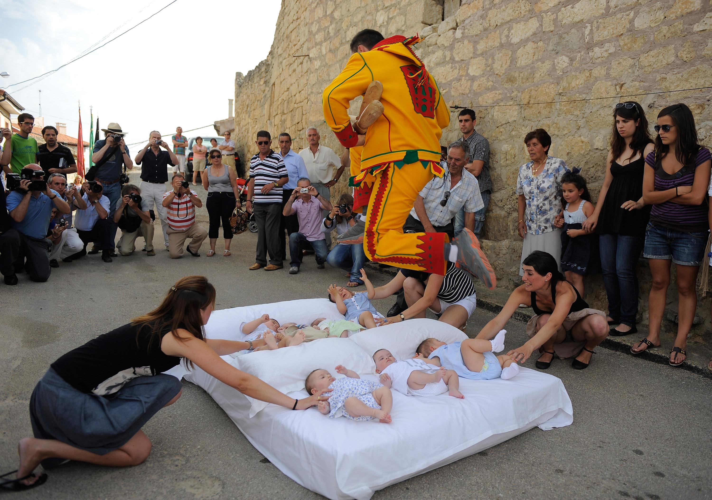 Праздник Тела Христова - прыжки через младенцев